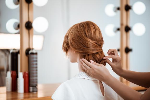 fryzjer robi fryzure kobieca