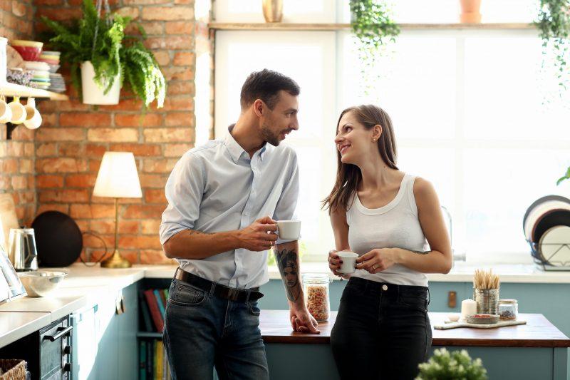 mezczyzna flirtuje z kobieta