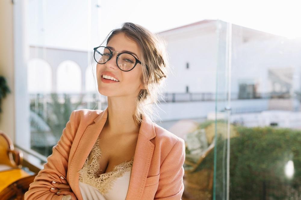 oprawki okularowe u kobiety
