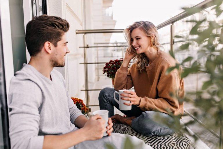 para rozmawia na balkonie