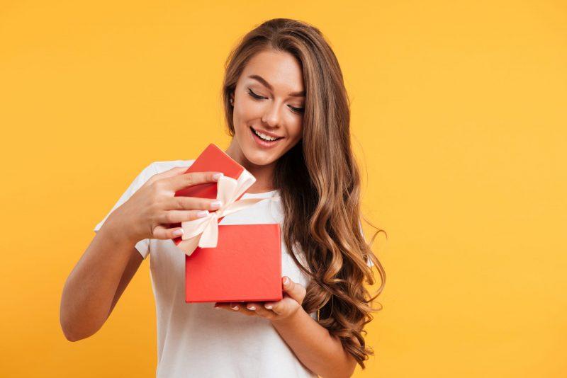 dziewczyna otwiera prezent