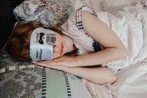 kobieta spi w lozku