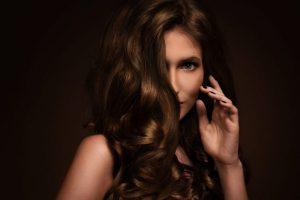 kobieta w cieniowanych wlosach