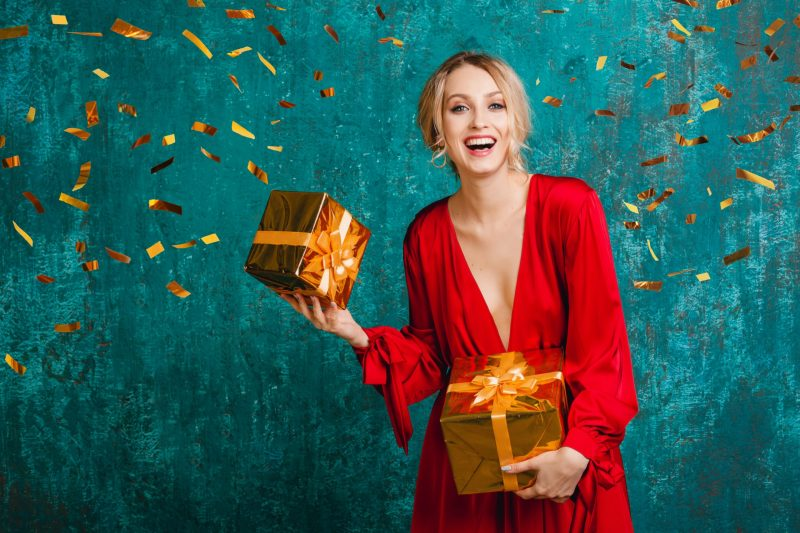 kobieta z prezentami
